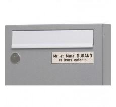 Plaque de boîte aux lettres, fond blanc, texte gravé noir