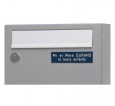 Plaque de boîte aux lettres, fond bleu, texte gravé blanc