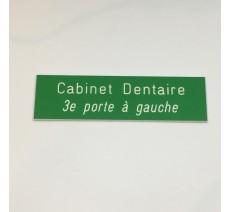 Plaque de boîte aux lettres, fond vert, texte gravé blanc