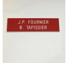 Plaque de boîte aux lettres, fond rouge, texte gravé blanc