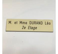 Plaque de boîte aux lettres, fond beige, texte gravé noir