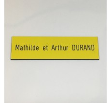 Plaque de boîte aux lettres, fond jaune, texte gravé noir