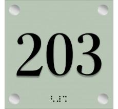 Plaque de porte en plexi avec numéro en relief et braille
