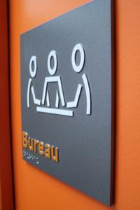 Plaque de porte avec relief et braille